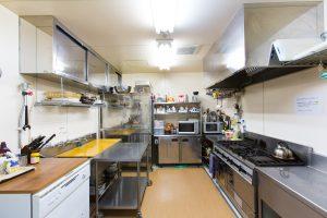 Ramat-lodge-kitchen-min